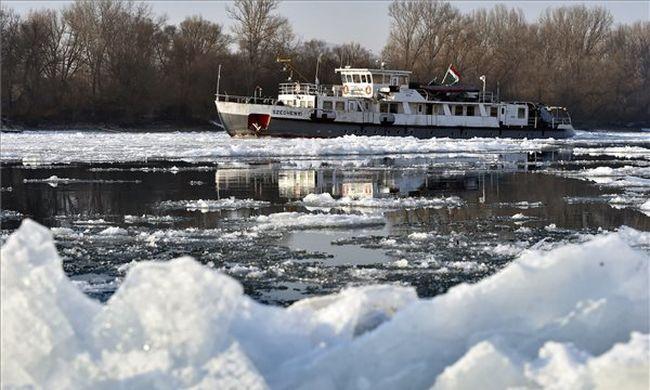 Rengeteg jéggel tört be a Tisza Magyarországra