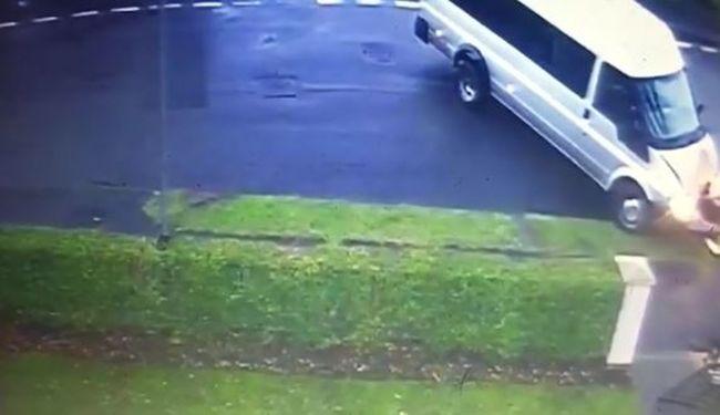 Veszély az utakon: három autó csapódott neki ugyanannak a háznak - videó