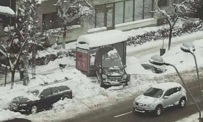 Buszmegálló alá, a járdára parkolt - megjárta