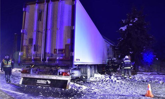 Durva fotó: családi házba csapódott egy kamion Borsodban