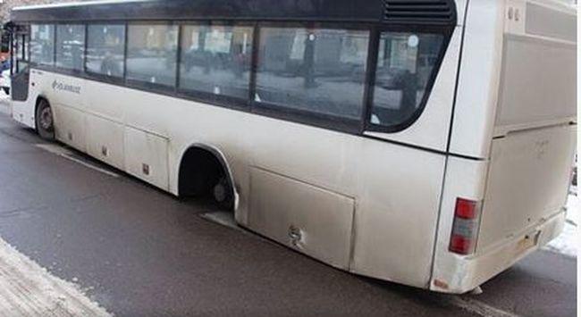 Súlyos baleset: menet közben gurult le a kerék egy ceglédi buszról