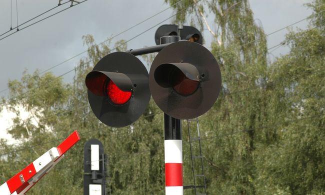 Vonat előtt szaladt át a vakmerő pár: egy gyerek életével játszottak