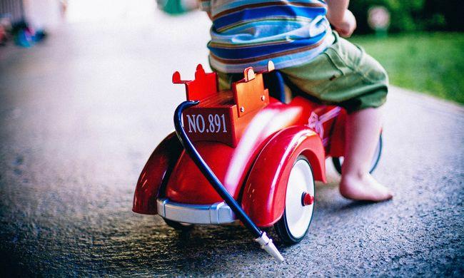 Beszorult a feje az áruházi játékba, életéért küzd a négyéves kisfiú