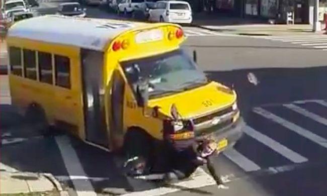 Átment rajta az iskolabusz, amikor a zebrán sétált - videó