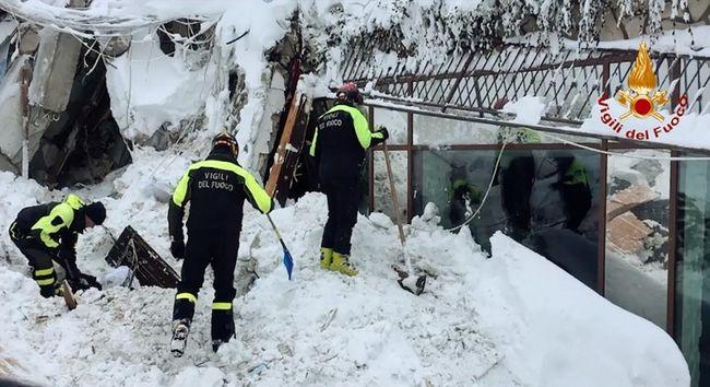 """""""Élnek és beszélünk hozzájuk"""" - túlélők rekedtek a hó alá temetett szállodában"""