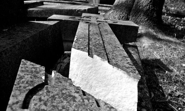 Megrázó, 18 sírt gyaláztak meg a zilahi református temetőben