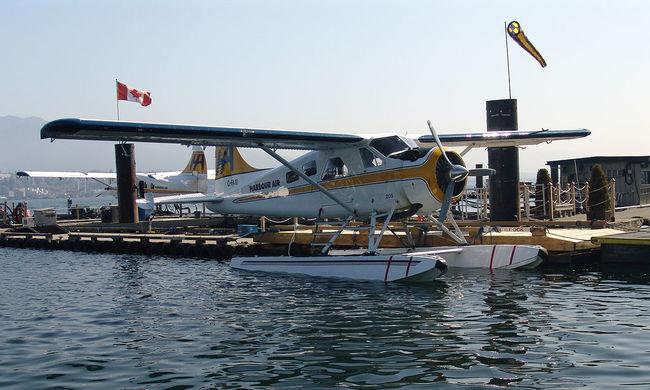 Családok előtt csapódott a folyóba a repülő, az utasok szörnyethaltak