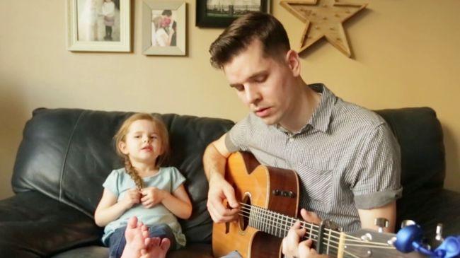 Aranytorkú kislány és apukája az internet sztárja - videó