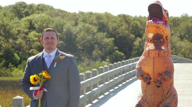 Gyönyörű menyasszonyára várt, de egy dínó bukkant fel mögötte - videó