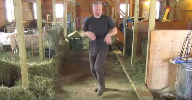 Kecskék közt penderült elképesztő táncra a gazda - videó