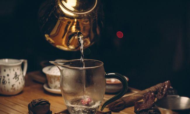 Magára rántotta a forró teát - borzalmas sérüléseket szerzett a kislány