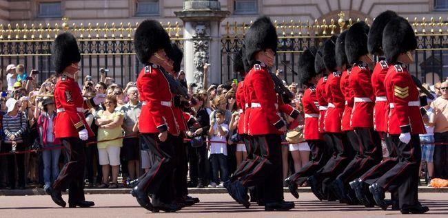 Kamionos terrortámadástól tart a királyi testőrség, vége a hagyománynak