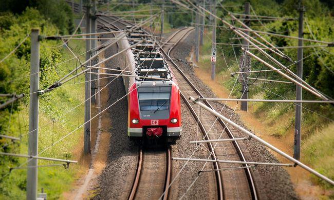 Robbanások a vonaton, rejtélyes holttestet találtak a tetején