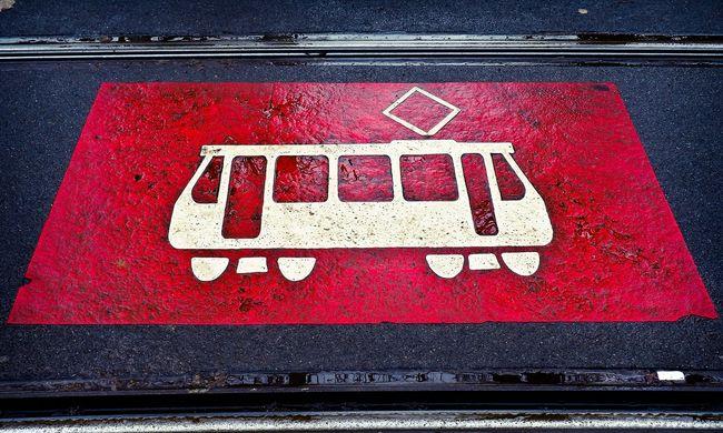 Miatta állt a közlekedés: rátámadt a villamosvezetőre, majd a villamosra is a budapesti férfi