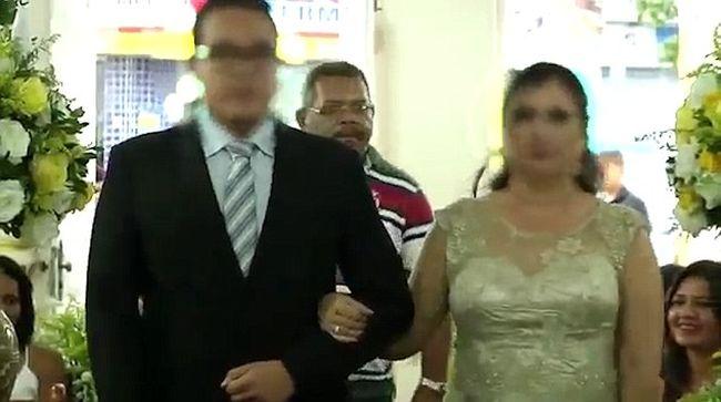 A menyasszony mögött lépkedett, majd tüzet nyitott a násznépre egy férfi