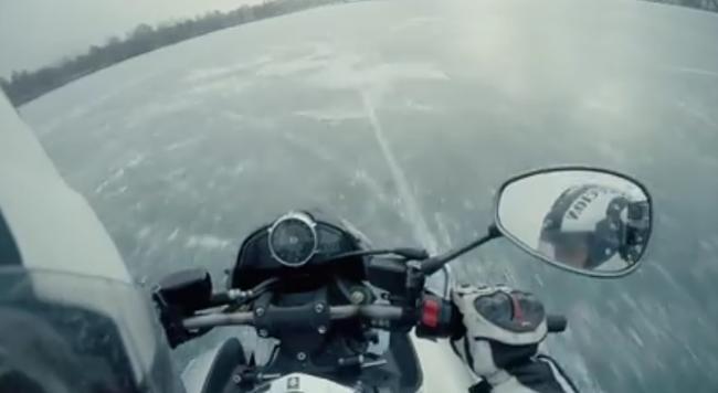Befagyott tavon száguldott egy magyar motoros - videó