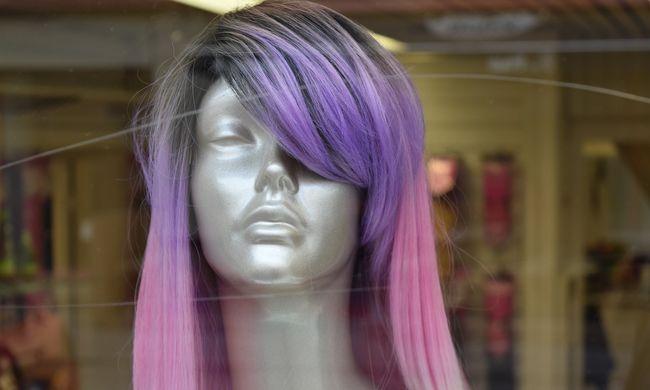 Kiküldték az óráról, mert lila a haja