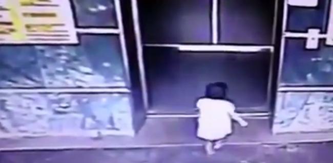 Hatalmasat rúgott a gyerekbe az anya - hogy megvédje - videó