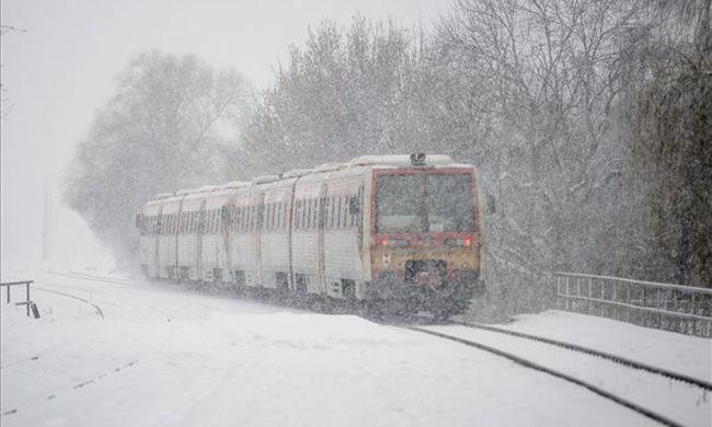 Lecsapott a havazás Magyarországra, állnak a vonatok, elakadtak a kamionok