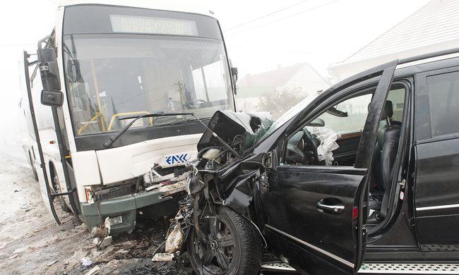 Újabb súlyos buszbaleset: tizenketten sérültek meg, többen súlyosan