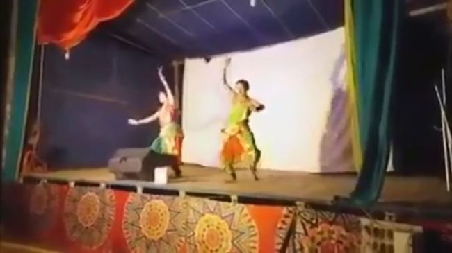 Hirtelen megszédült, majd holtan esett össze a színpadon a táncos - videó