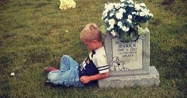 Ez a különleges kisfiú az óvodából nem haza, hanem a temetőbe rohan