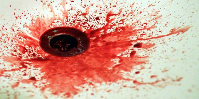 Folyt a vér az utcán, tömegverekedésbe hajtott egy autó
