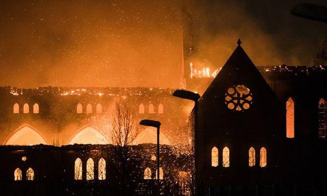 Hatalmas tűz pusztított a történelmi templomban, a nézelődőket arrébb kellett lökdösni - videó