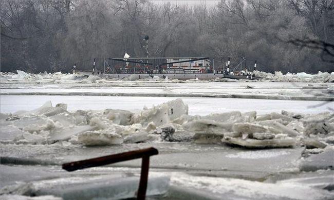 Mentőhelikopterrel mentenek: a jégzajlás közepén rekedt egy ember - fotó