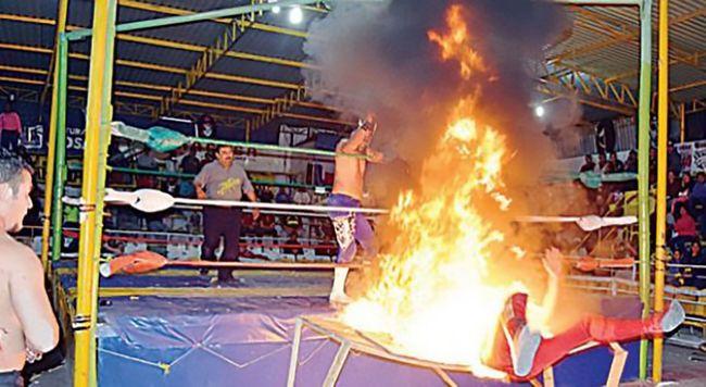 Csúnyán megégett a férfi, akit mérkőzés közben dobtak lángoló asztalra a pankrátorok - videó