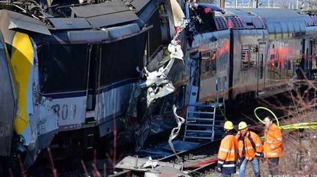 Egymásba rohant két vonat: egy ember meghalt, sokan beszorultak