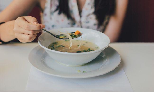 Gigabotrány az étteremben, patkány került egy terhes nő levesébe