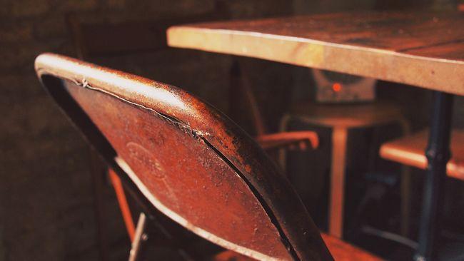 Konyhakést és széket vágott a feleségéhez