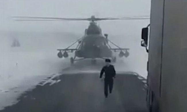 Katonai helikopter szállt le az útra, különleges küldetést teljesített - videó