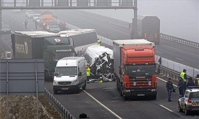 Hetes karambol az autópályán, négy ember szörnyethalt, két sérült állapota javult
