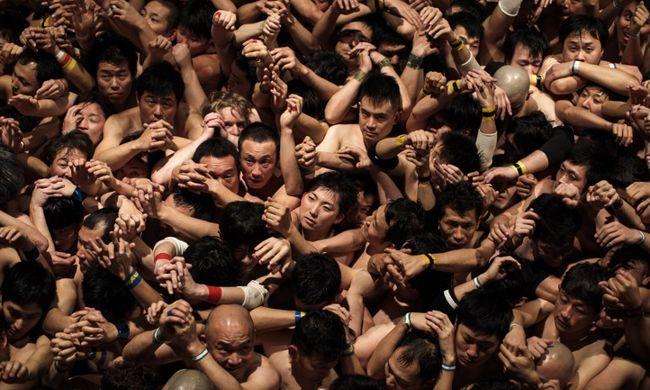 Tízezer pucér férfi esett egymásnak