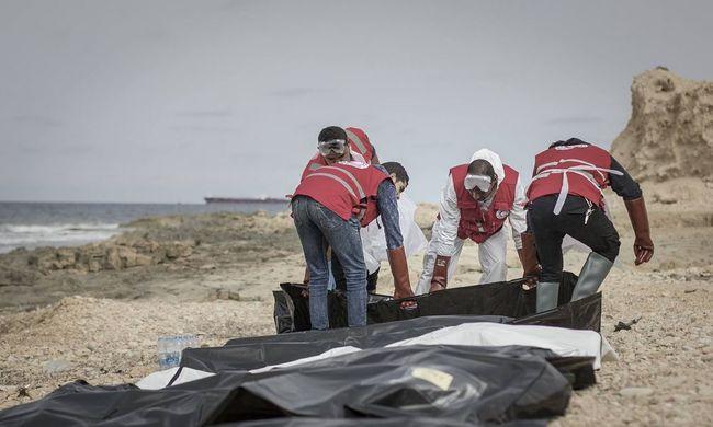 Több tucat emberi holttestet sodort partra a tenger