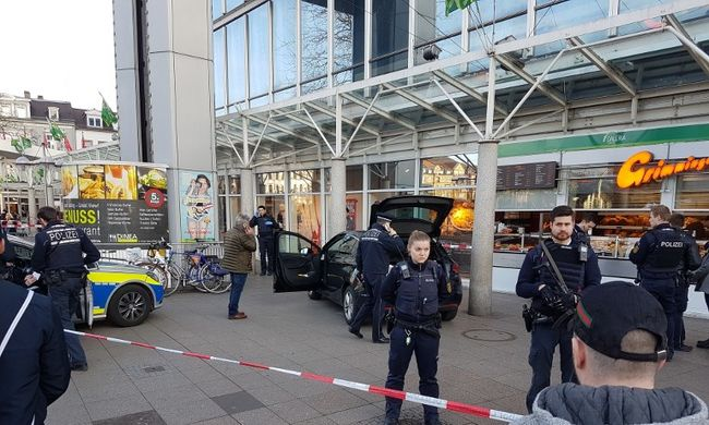 Fegyveres férfi hajtott a gyalogosok közé - újabb terrortámadás?