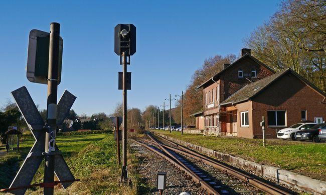 Vér folyt a síneken: tinit gázolt a vonat