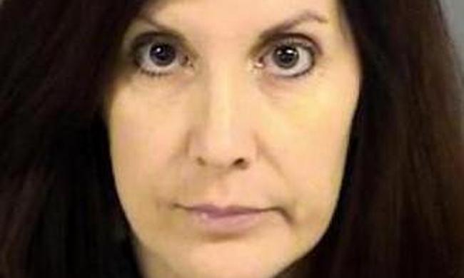 Lebukott a csinos tanárnő, aki fiatal diákjaival szexelt