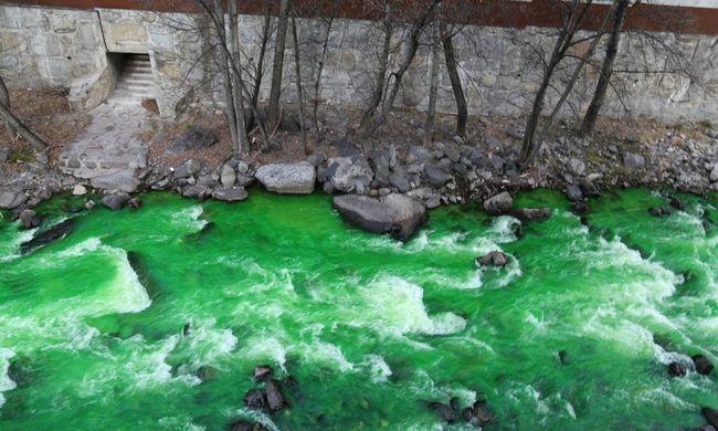 Ijesztően gyönyörű látvány: neonzölddé vált a folyó vize