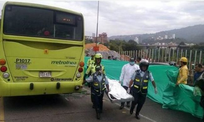Tömegbe hajtott egy busz, rengeteg a halott: gyerekek is vannak az áldozatok között - fotó