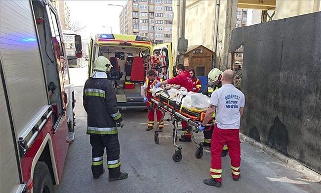 Életveszély a Váci úton: átfúródott egy férfi nyakán egy vascső - fotó