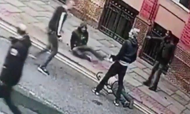 Félholtra vertek egy fiút a belvárosban: az emberek csak bámulták - videó