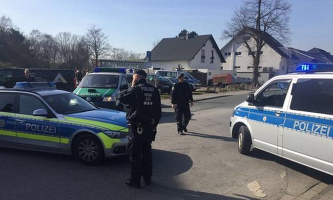 Kivonultak a terrorelhárítók: elbarikádozta magát a bankban egy fegyveres, túszokat is ejtett