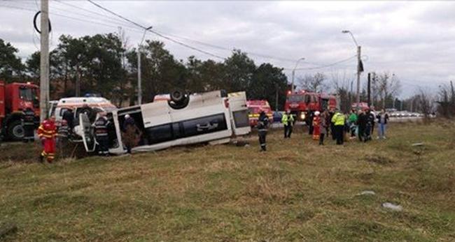 Fotó a magyar diákok buszbalesetéről: helyettesítő sofőr miatt borultak árokba