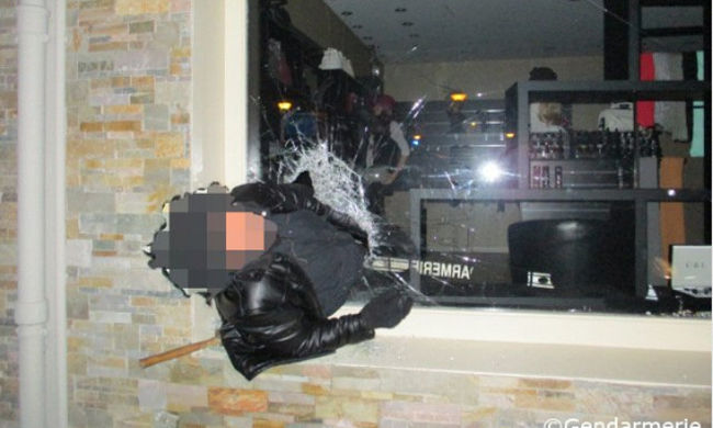 Beszorult a botcsinálta betörő, még a rendőrök is körberöhögték