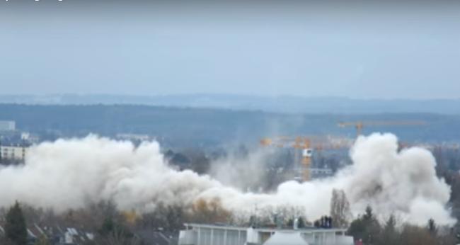 Durva videó: másodpercek alatt összeomlott a 60 méter magas épület