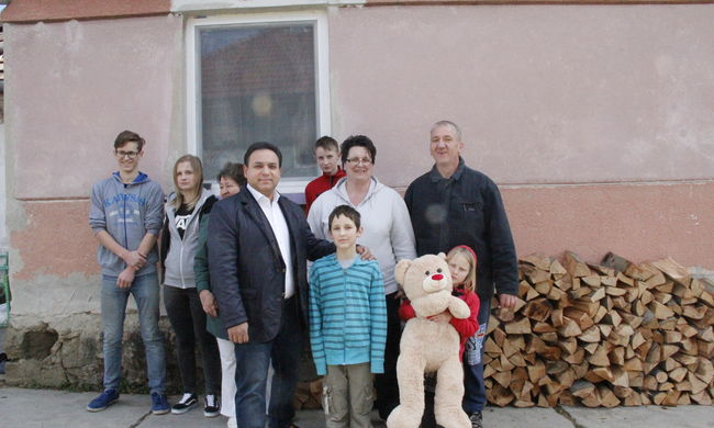 Ezer településen harmincezer ember melegedhetett a Mága Zoltán tűzifa akciója segítségével