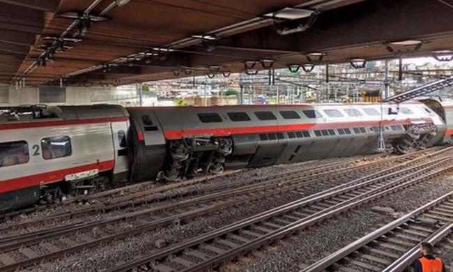 Kisiklott egy vonat, sok a sérült: az utasok a sínen rekedtek